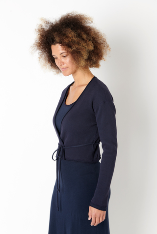 Fitted waffle cardigan with belt   basic   navy   styled   ac 126   march 2019   robert rausch 7